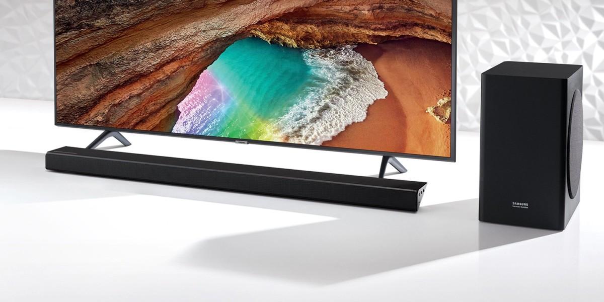 La barre de son HW-Q60R logée discrètement sous un téléviseur Samsung. Le caisson de basse est plus volumineux, mais apporte beaucoup de profondeur au son.