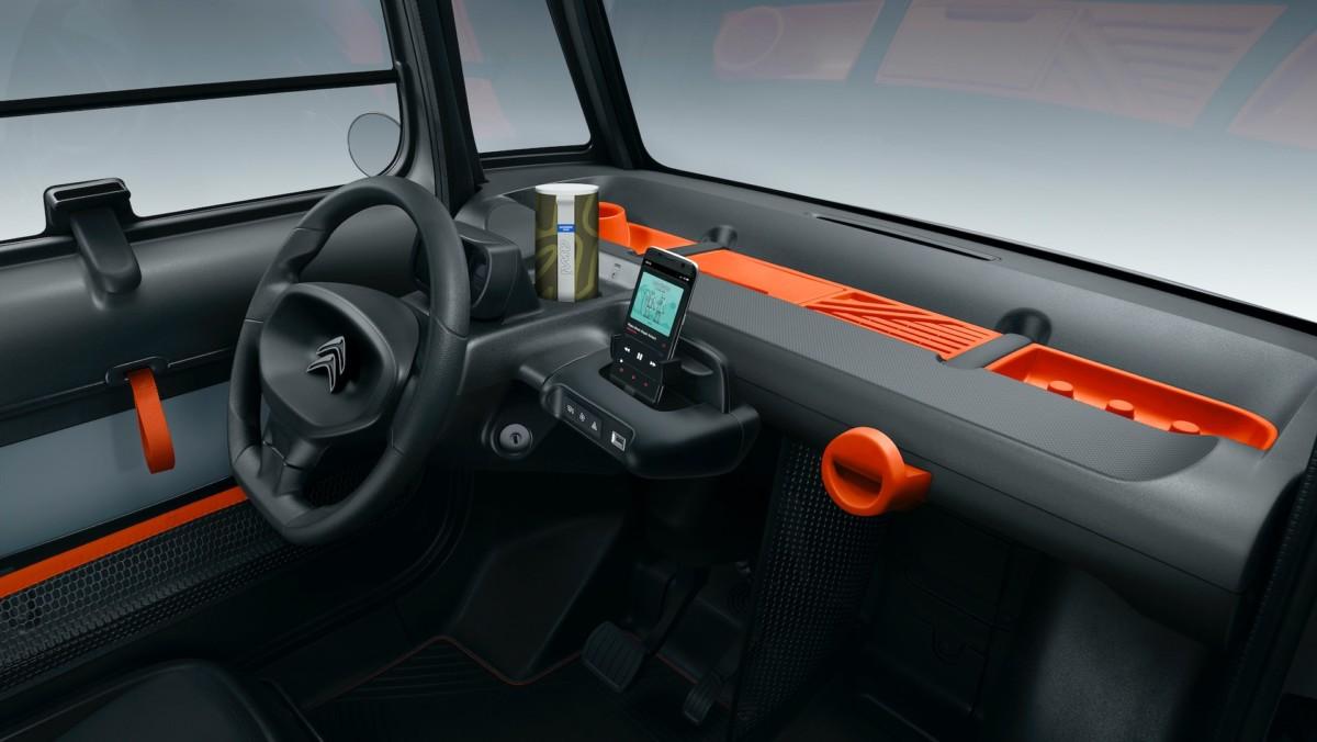 L'habitacle de la Citroën Ami, avec un support pour smartphone intégré