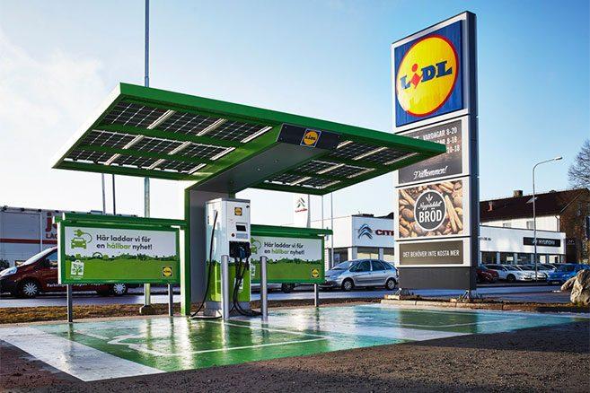 Lidl propose des bornes de recharge sur les parkings de ses supermarchés.