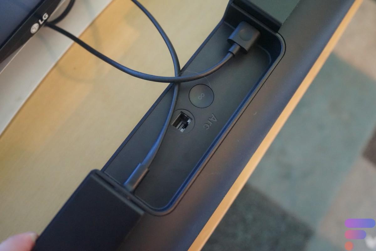 Du HDMI eARC, de l'Ethernet, un bouton de synchronisation et la prise d'alimentation