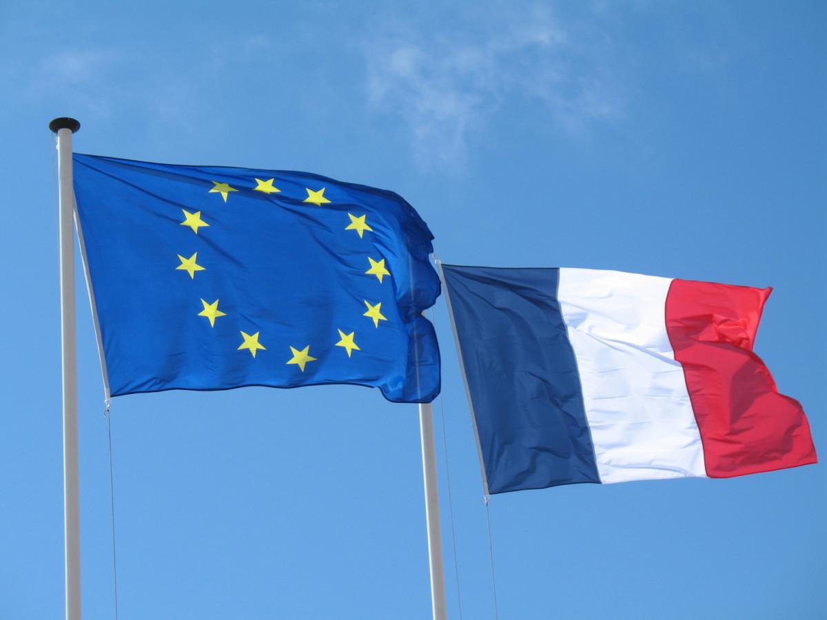 Drapeaux européen et français