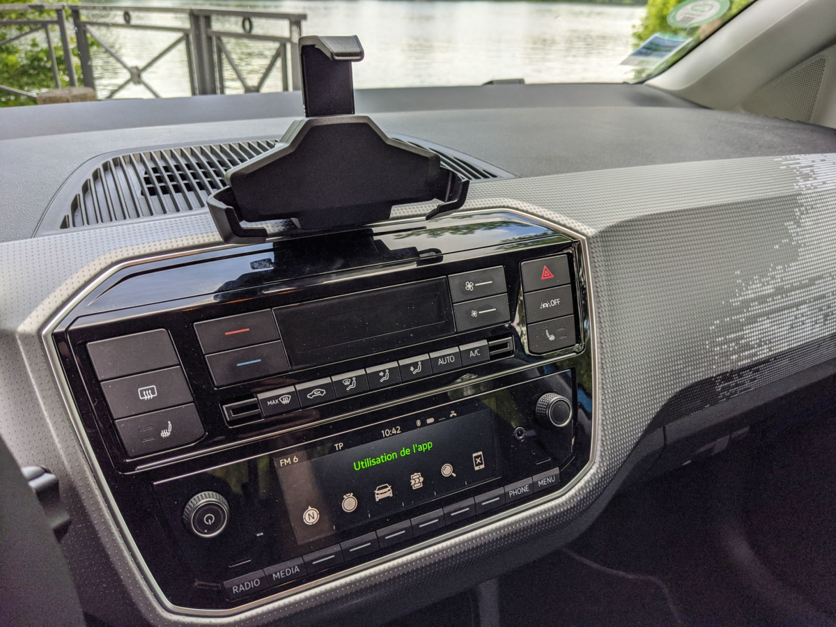 Un petit écran et quelques boutons pour piloter les fonctions d'autoradio Bluetooth