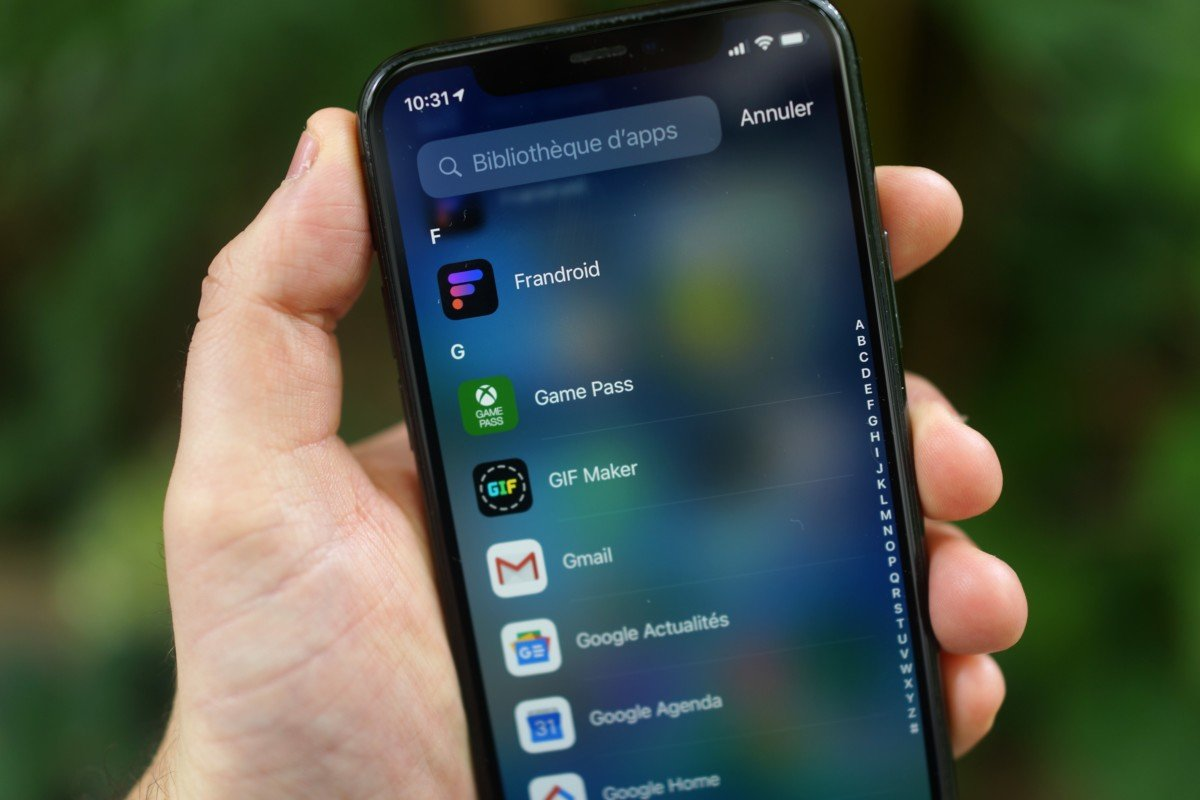 Un menu d'apps classé alphabétiquement sur un iPhone
