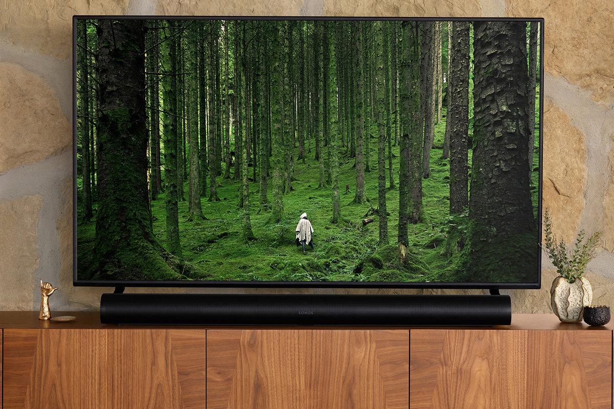 La Sonos Arc sous une TV de 65 pouces