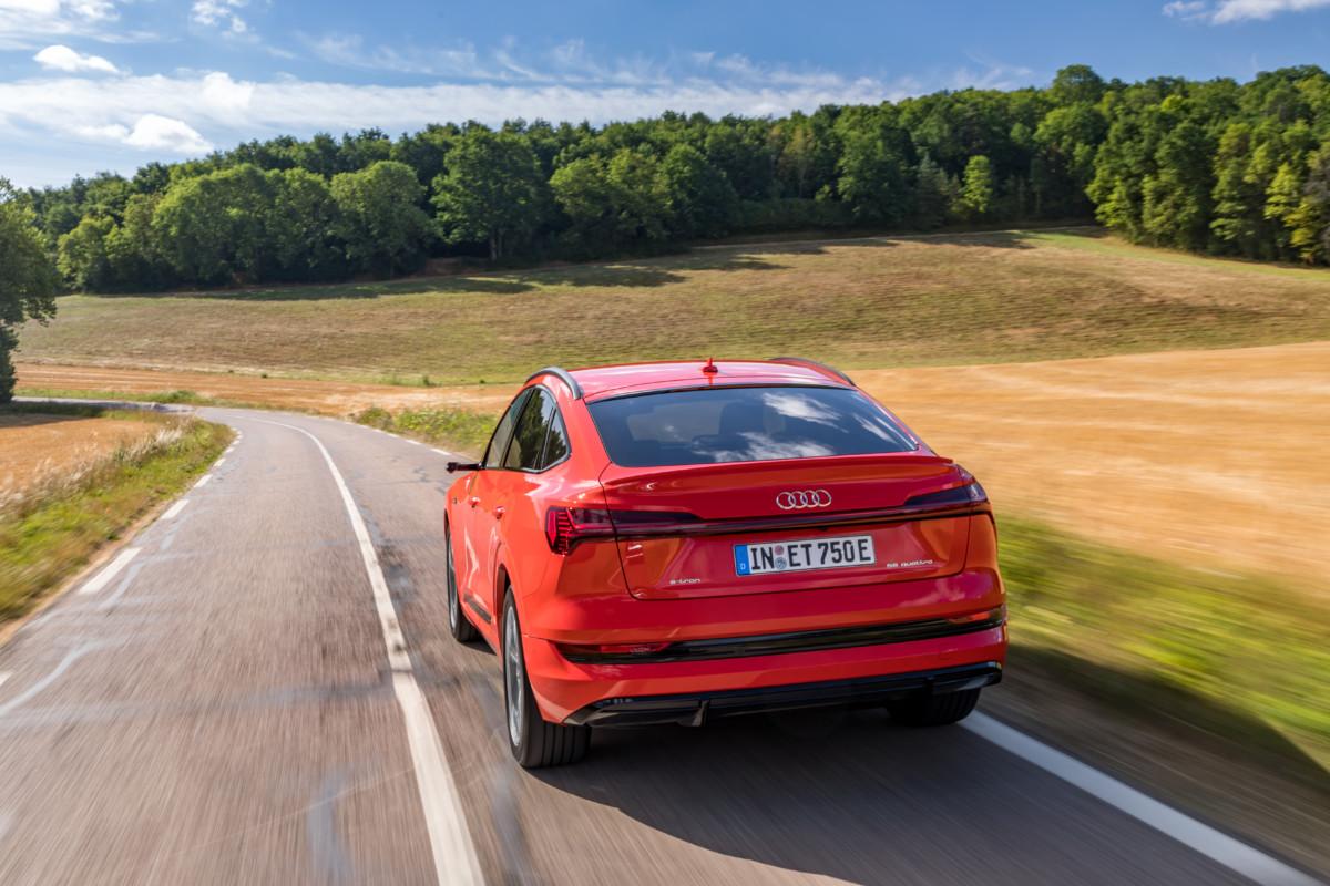 L'Audi e-tron Sportback, vu de dos, en action