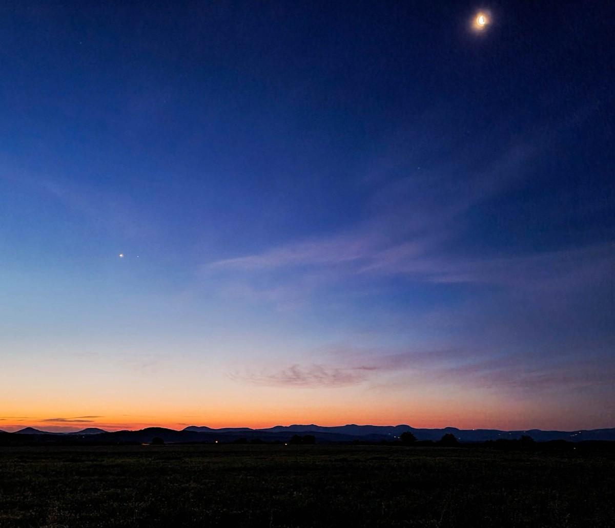 L'heure bleue avant l'aube. Photo prise au GalaxyS20+, avec le mode pro.