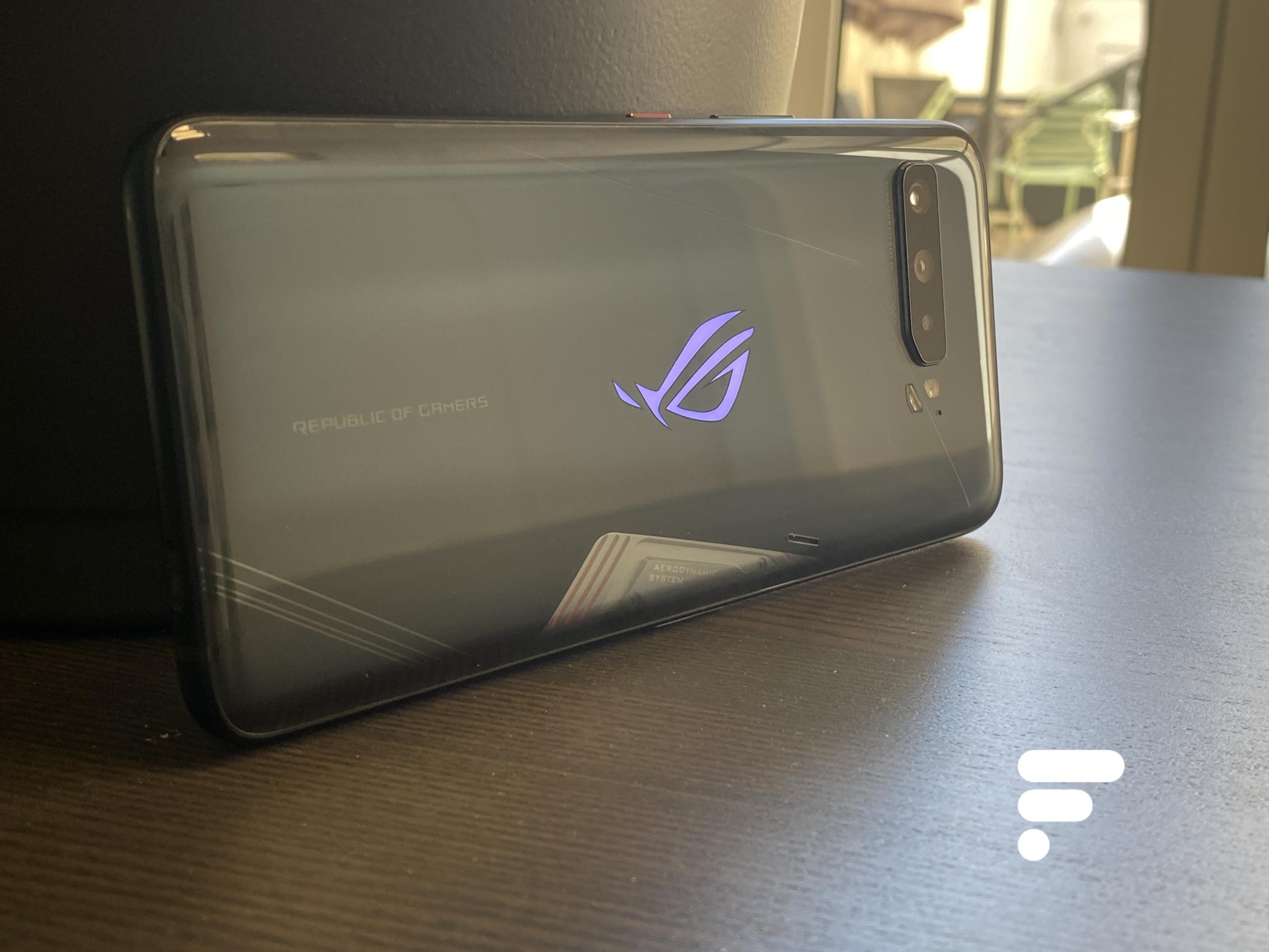 C'est à la place de ce logo lumineux que le ROG Phone 5 affiche un petit écran de quelques centimètres – Ici le ROG Phone 3