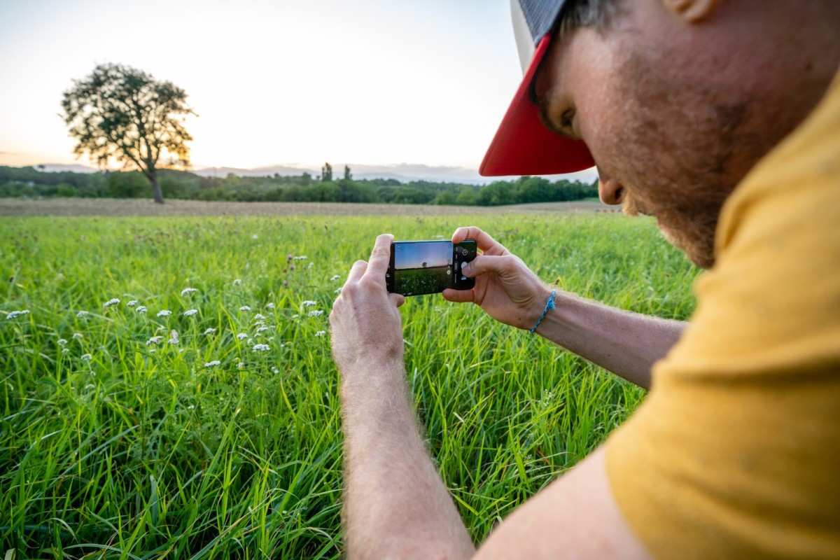 Cadrage, position par rapport au soleil, retouche, ce tutoriel va vous expliquer comment prendre une belle photo avec la Golden Hour, quel que soit votre niveau.