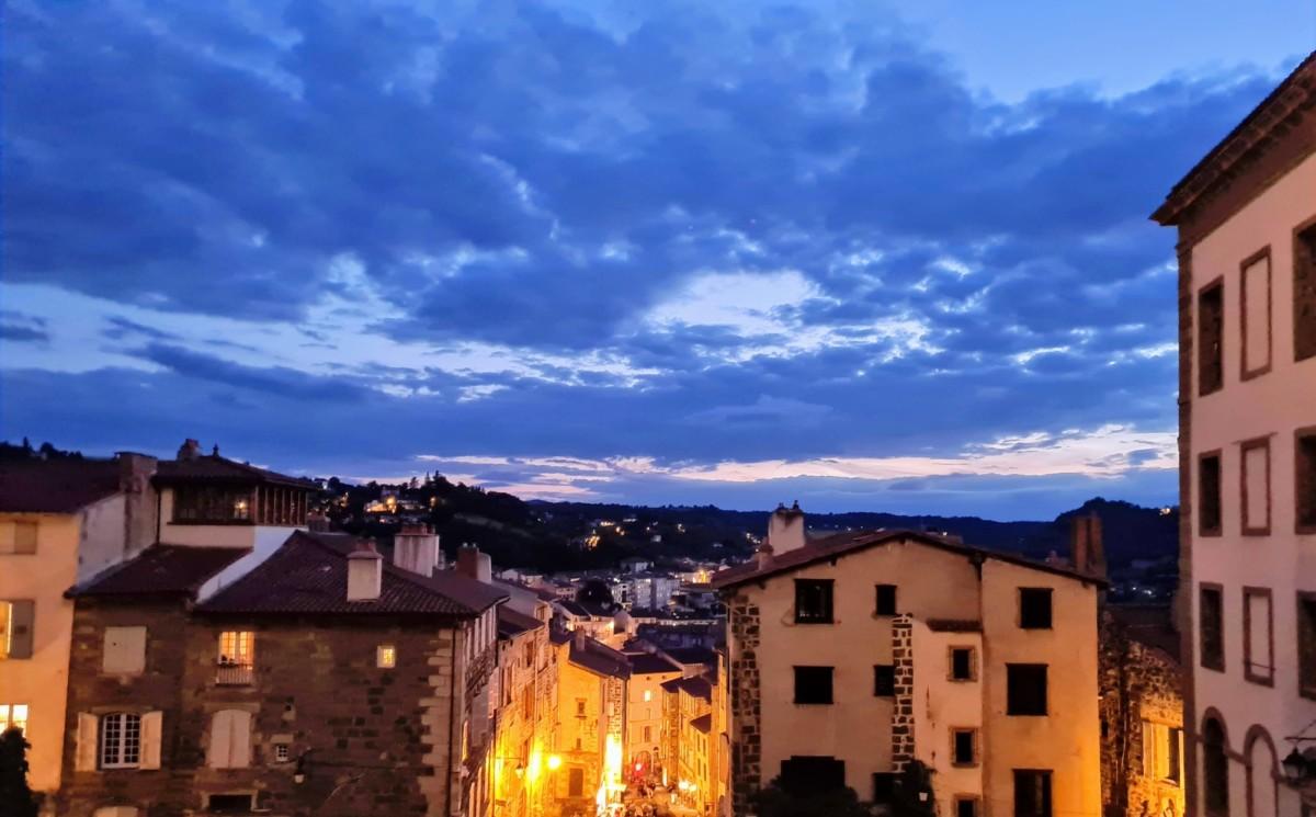 La même photo qu'au-dessus, mais prise avec le mode Nuit. SI le ciel ressort parfaitement, les lumières de la ville sont moins bien gérées.