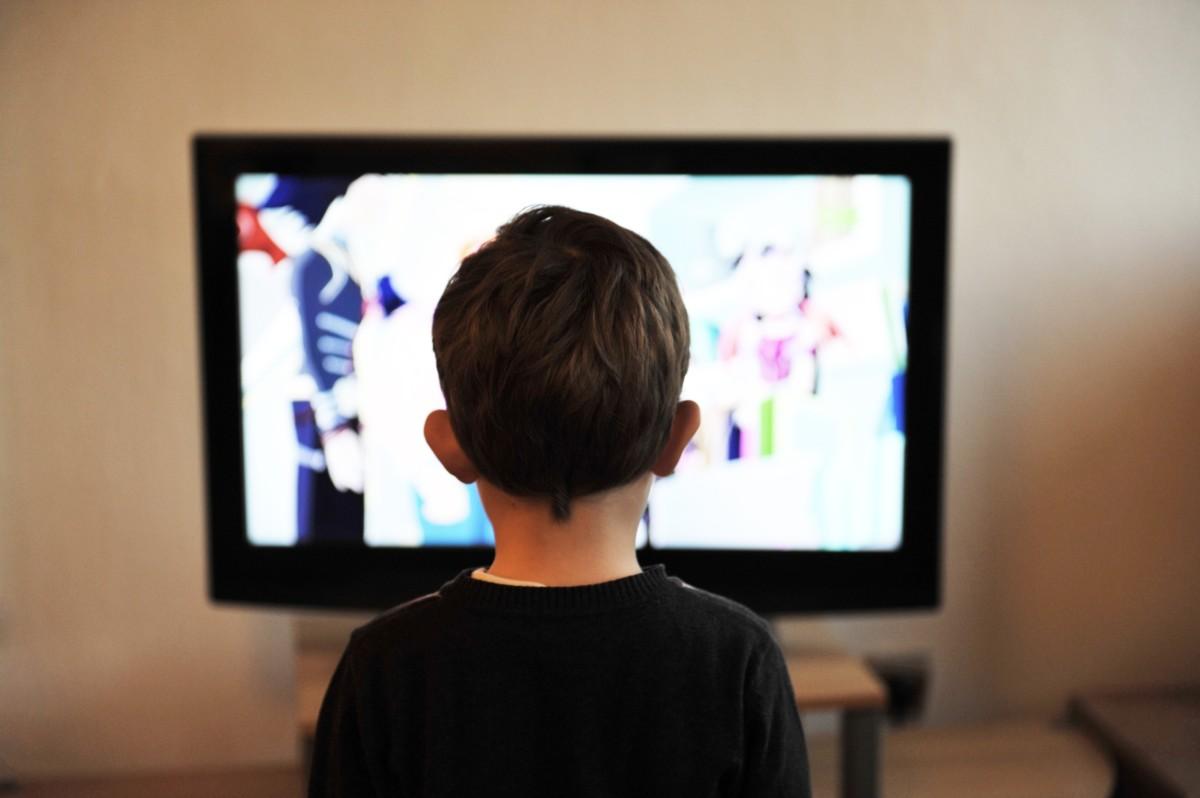 Un jeune téléspectateur devant le téléviseur