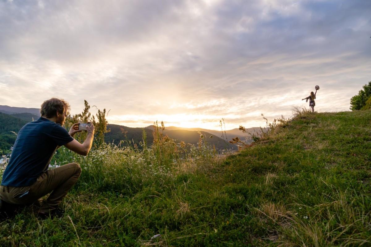 Placée au sommet, la modèle fera une très belle silhouette avec le contre-jour du soleil couchant.