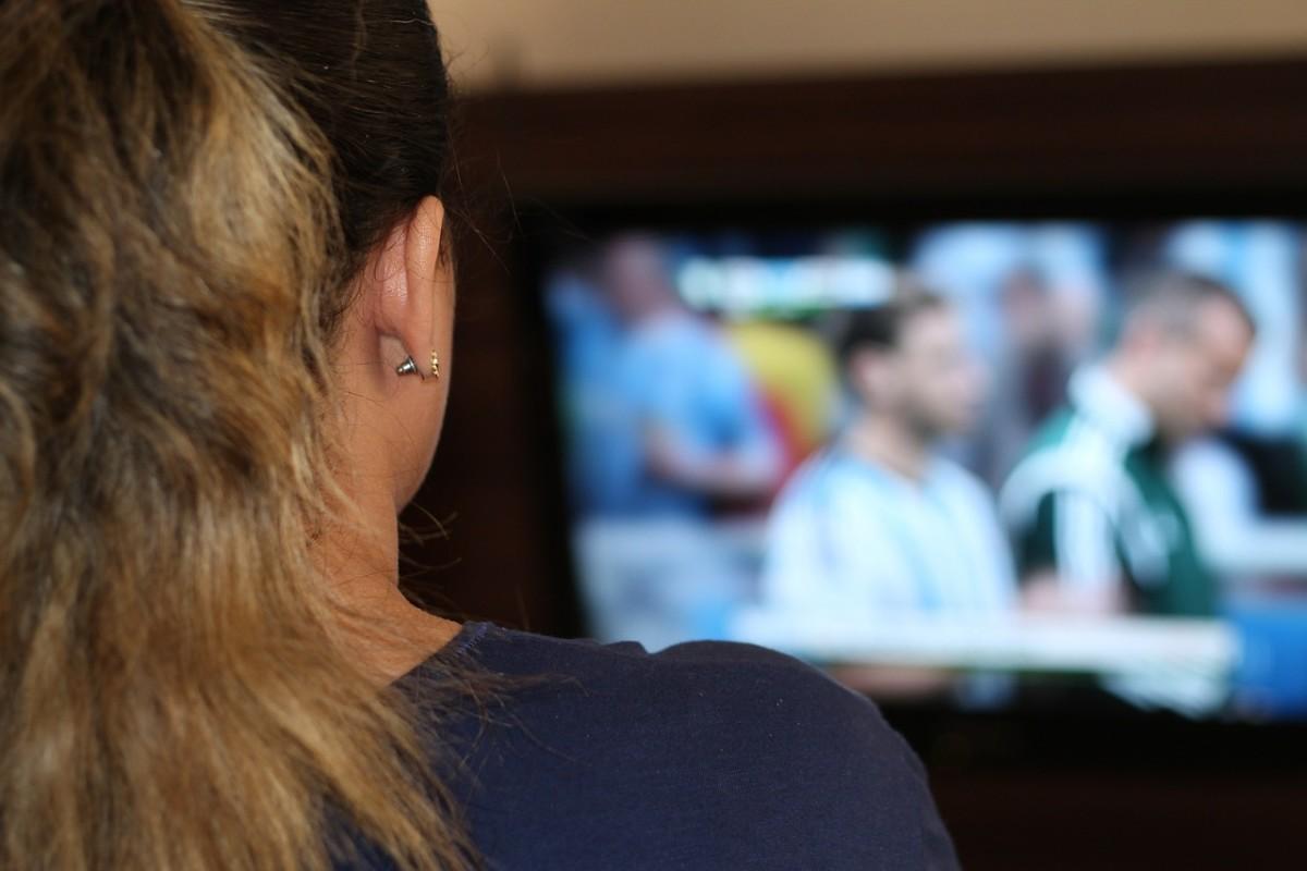 Une femme regardant la télé