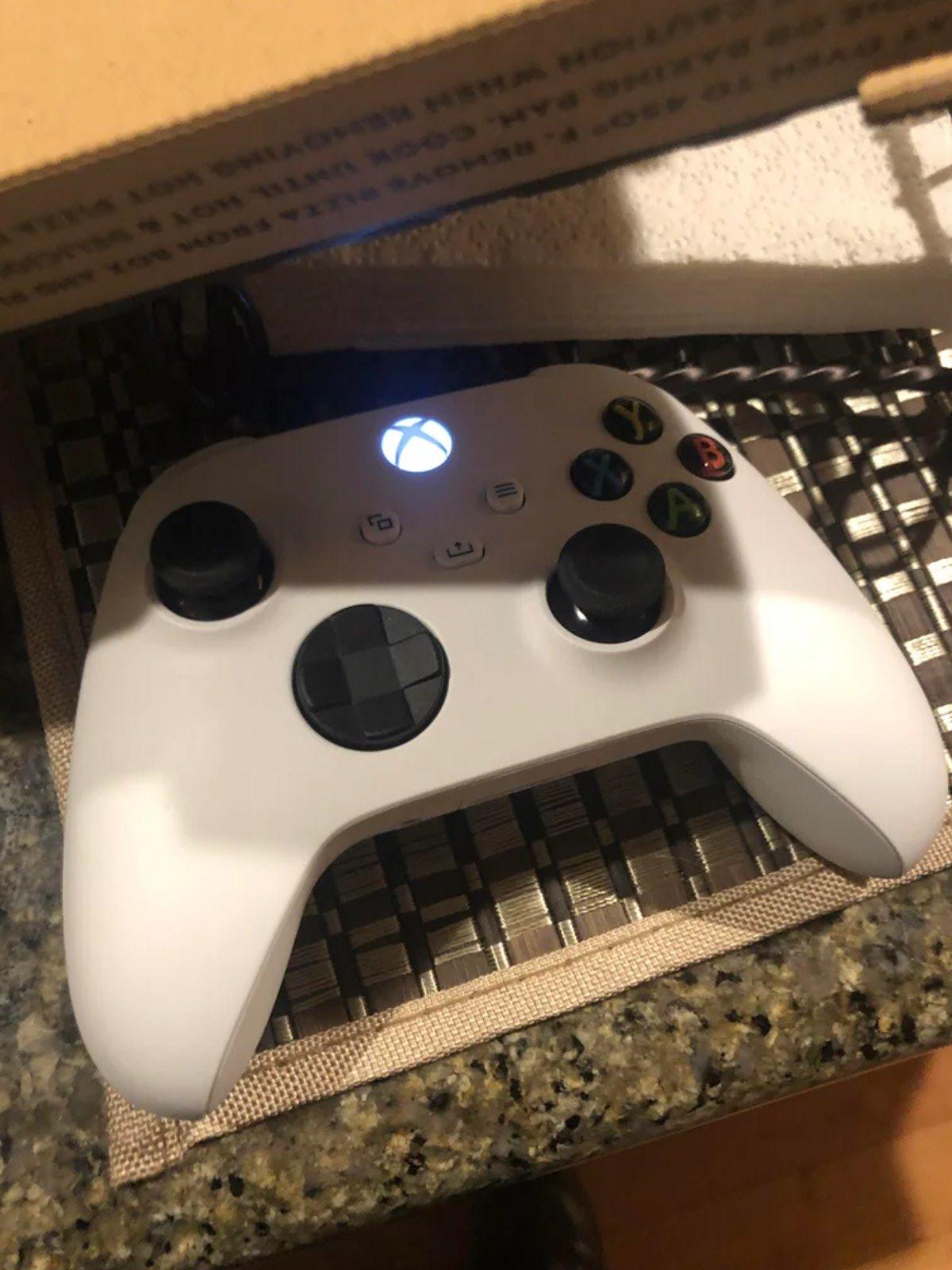Une manette Xbox Series X blanche