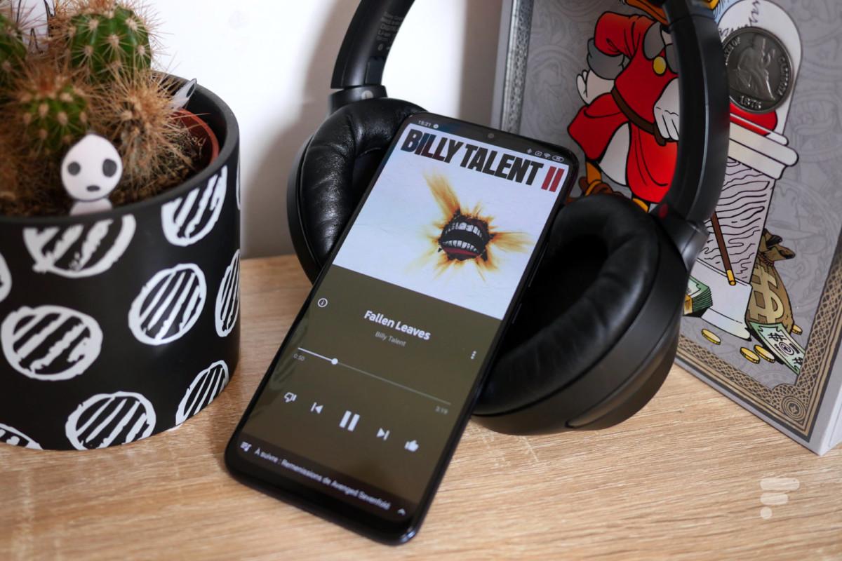 Le Xiaomi Mi 10 Lite 5G sur un casque Sony WH-1000xM3