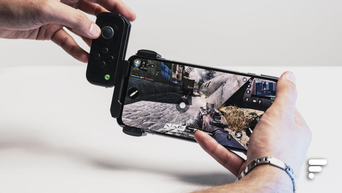 Le Gamepad3 s'accroche sur le côté à l'aide d'un accessoire