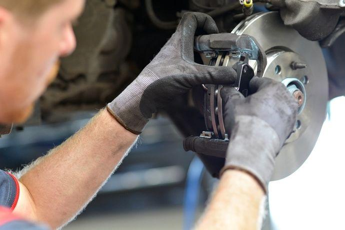 Comme pour une voiture thermique, les freins d'une voiture électrique sont à vérifier régulièrement, même s'ils s'usent moins vite.
