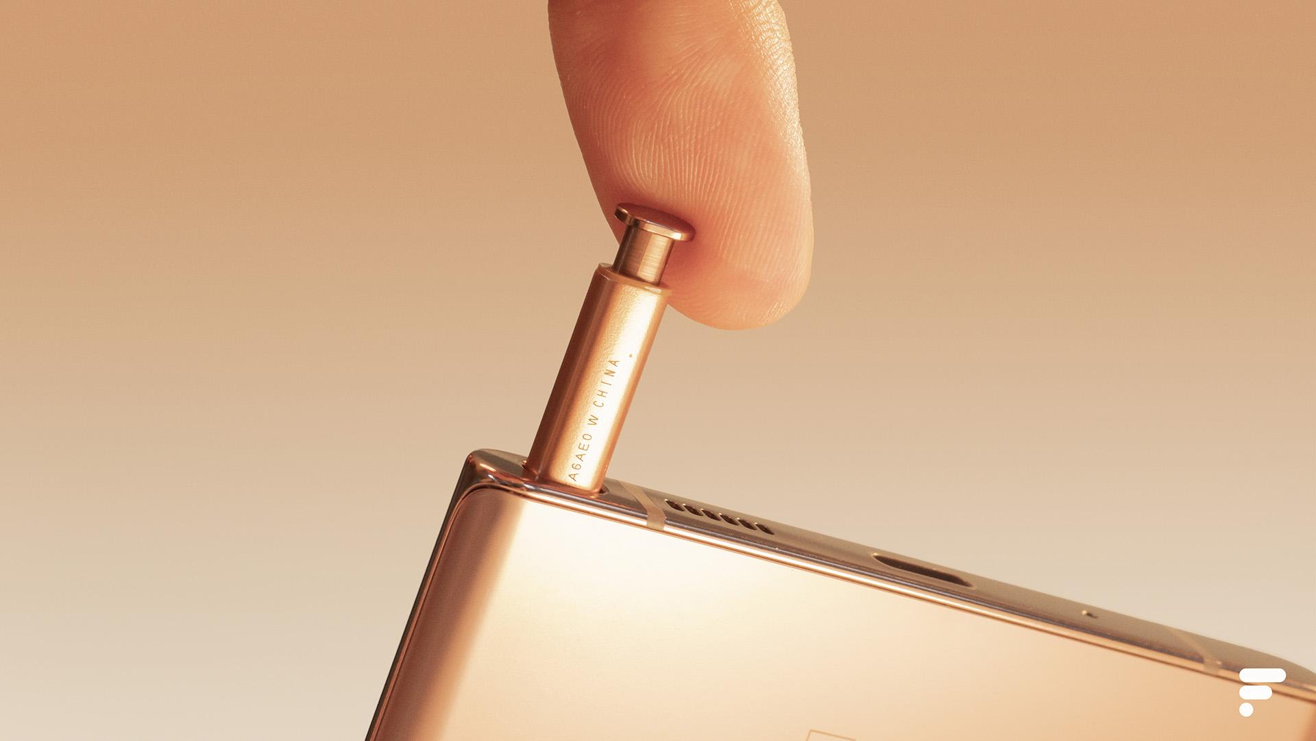 Un nouveau smartphone pliant avec deux charnières et un clavier coulissant — Samsung