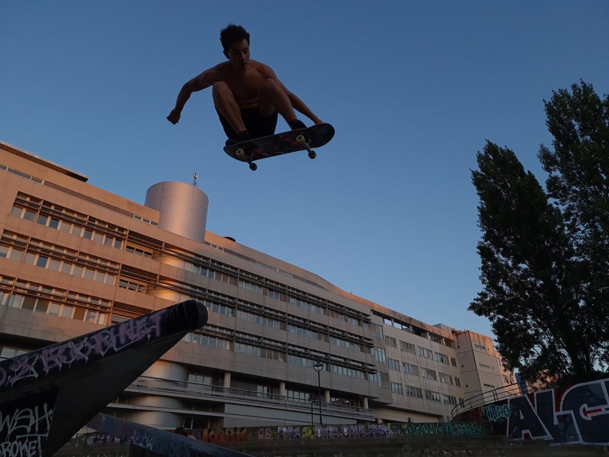 La photo est bien cadrée, notre skater est bien net, il ne reste plus qu'à retoucher la photo pour corriger la sous-exposition.