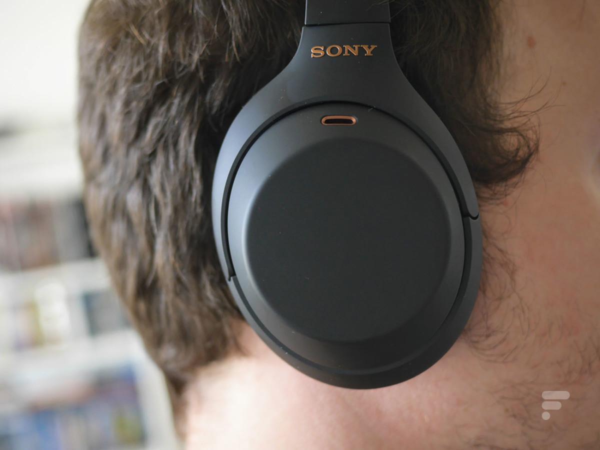 Le Sony WH-1000XM4 vient englober l'oreille