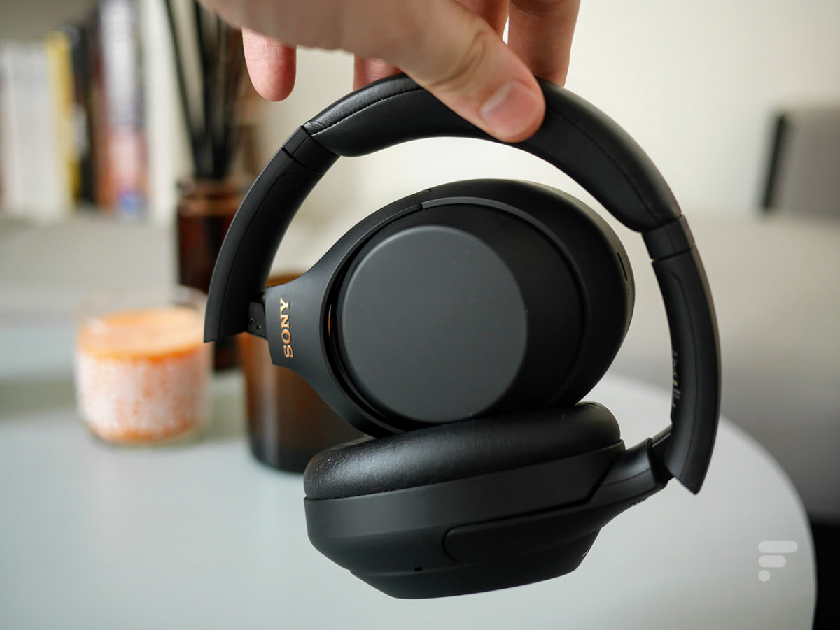 The Sony WH-1000XM4 bends quite easily