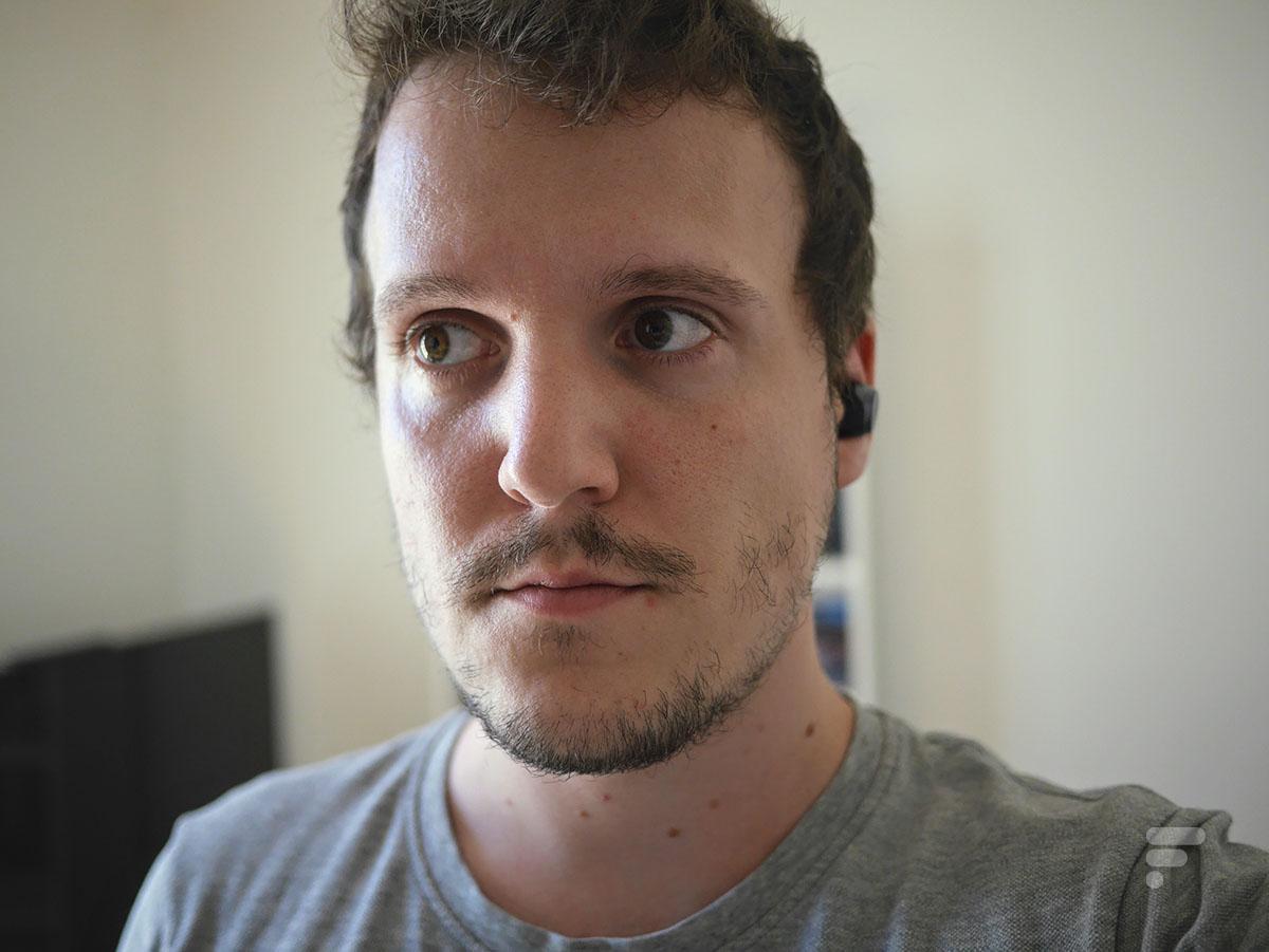 Les écouteurs Technics AZ70 sont confortables à porter mais dépassent de l'oreille