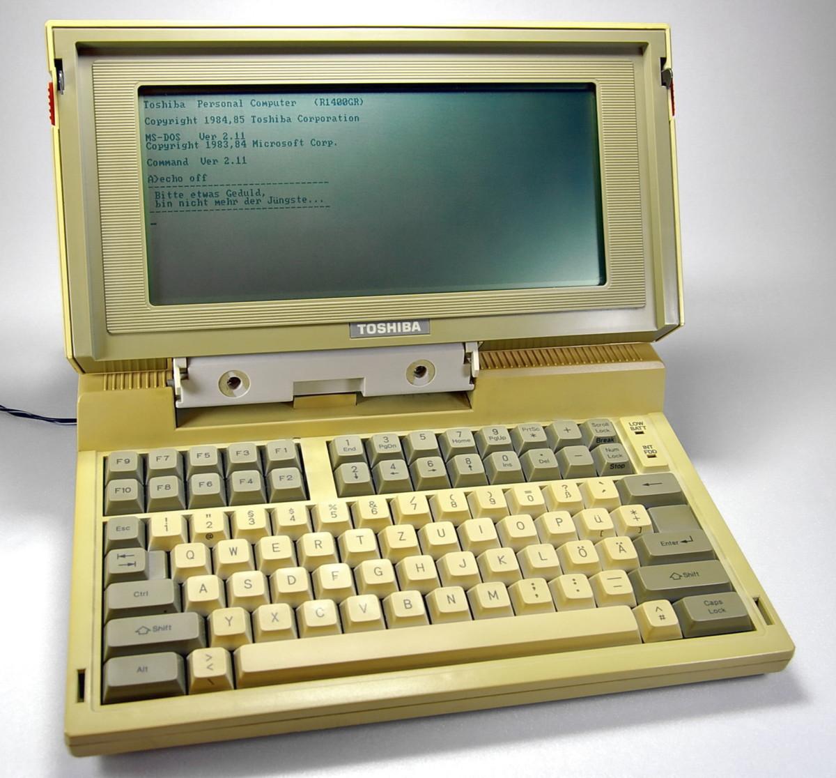 Le ToshibaT1100, lancé en 1985, est souvent considéré comme le premier PC portable grand public