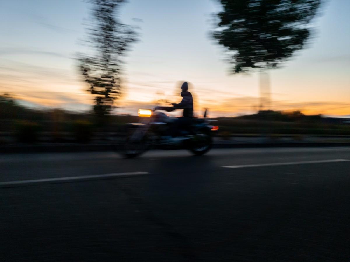 Sur cet exemple, le suivi n'est pas bon. Le mouvement du smartphone n'était pas suffisamment synchronisé avec celui de la moto et l'ensemble de la photo est donc flou.