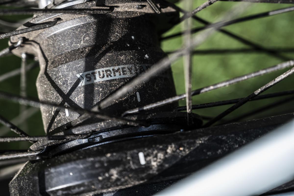Le moyeu de marque Sturmey-Archer intègre les vitesses dont le passage est automatique et électronique.