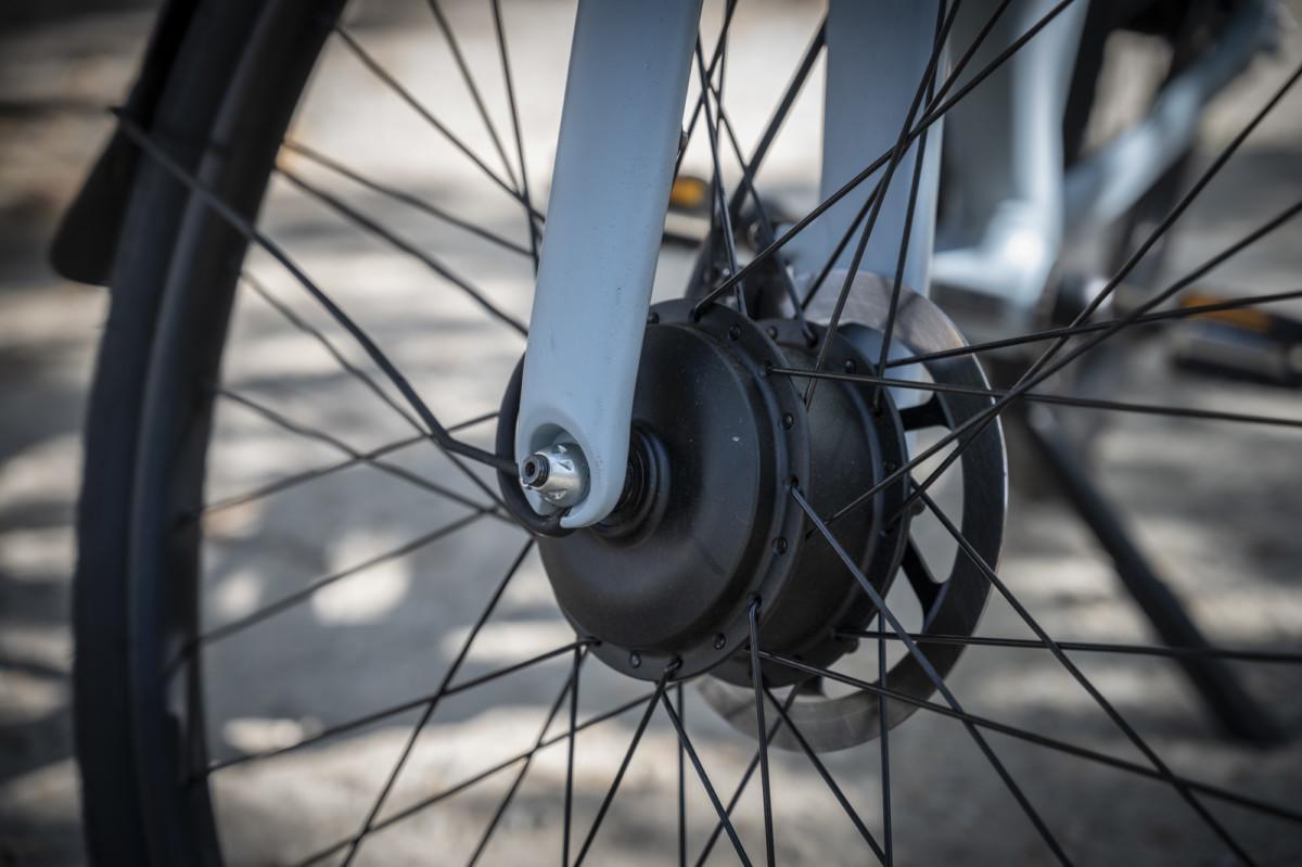 Le moteur est situé dans le moyeu de la roue avant. Un avantage esthétique, mais un choix discutable à l'usage.