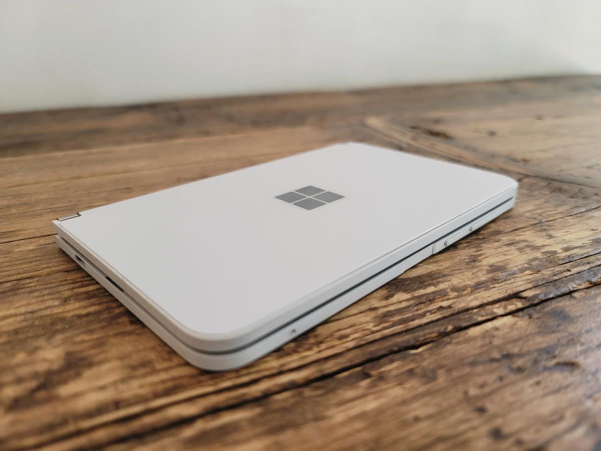 Surface Duo refermé sur une table