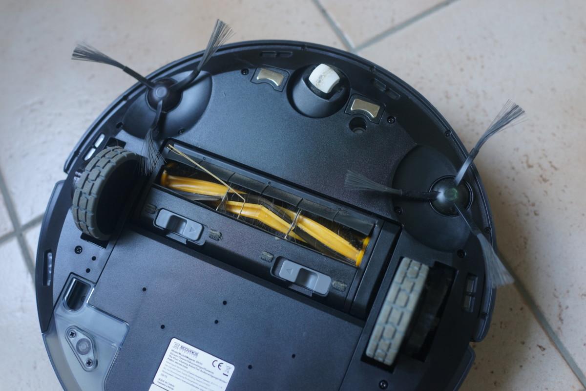 Deux brosses latérales et un rouleau rotatif, on peut également observer les capteurs qui permettent au robot de ne pas tomber dans le vide