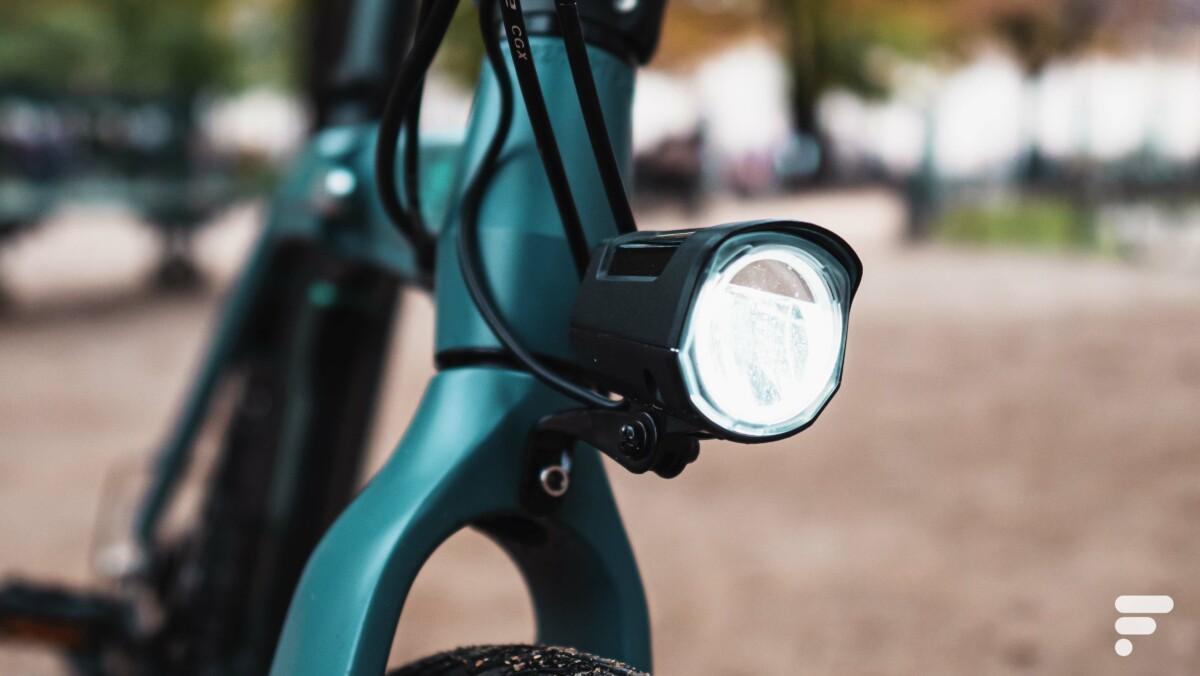 Toutes les signalisations obligatoires sont bien là, dont ce phare LED à l'avant
