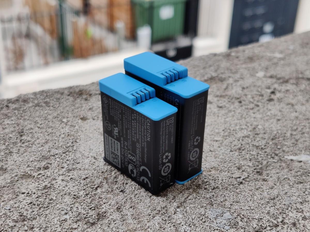 La batterie de la Hero8 Black à gauche, celle de la Hero9 Black à droite