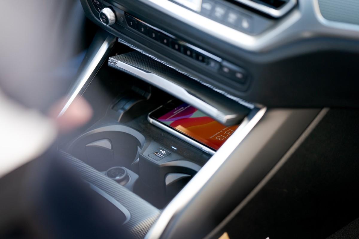 Pour démarrer la voiture, il est nécessaire de déposer son iPhone dans cet emplacement