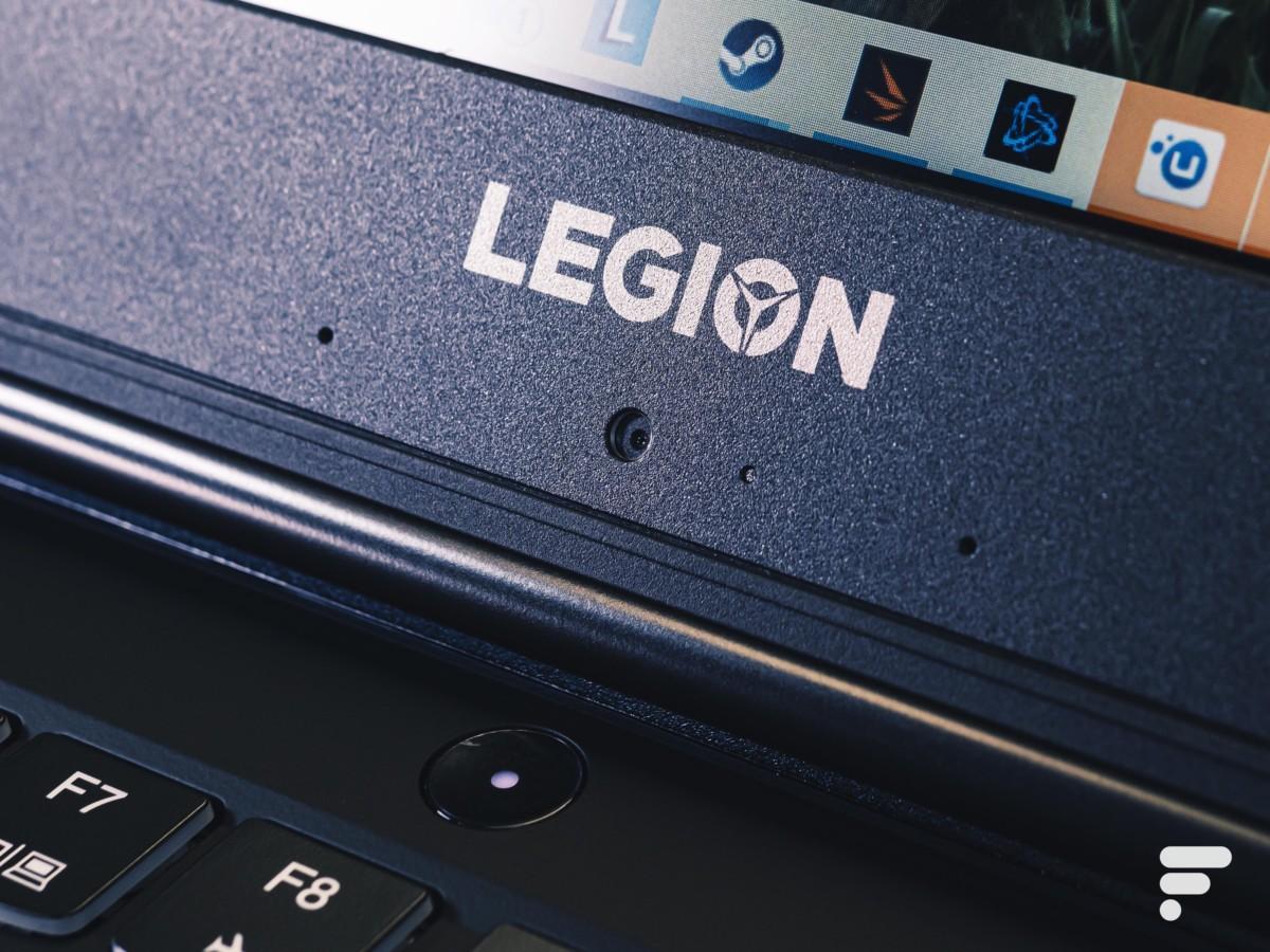 La position de la webcam (720p) est bizarre sous l'écran. Cette bordure est épaisse, et abrite également les microphones que l'on peut voir sur la photo
