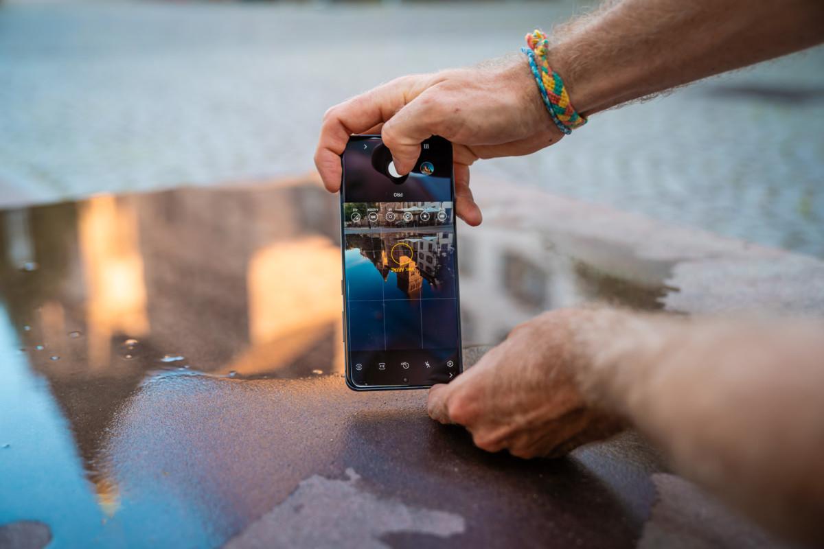 Placer le téléphone à l'envers permet de rapprocher les capteurs photo de la source du reflet