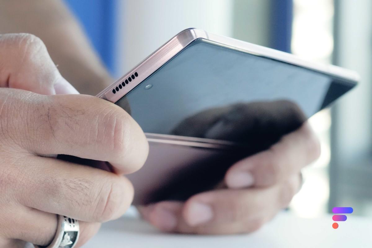 Samsung Galaxy Z Fold 2 déplié en main