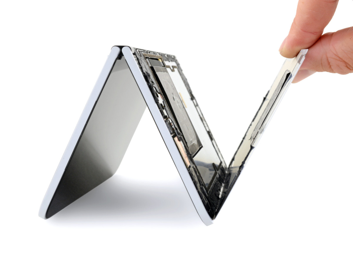 iFixit enlève un panneau du Surface Duo