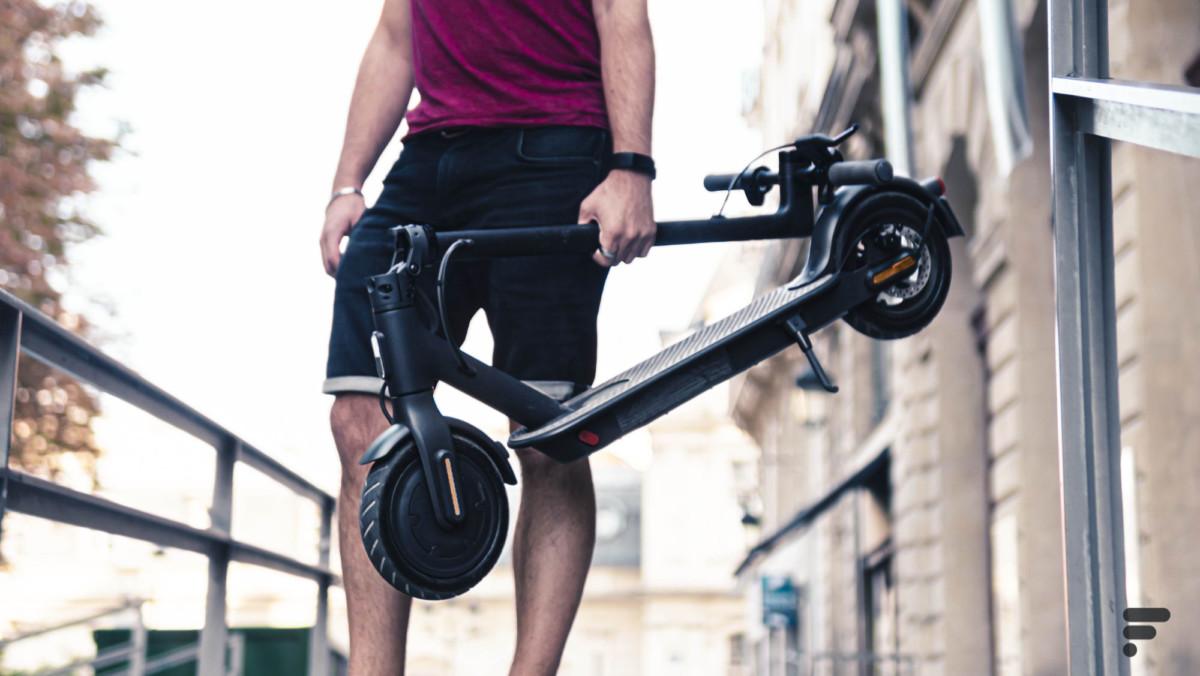 Avec ses 12 kg, la Mi Scooter Essential reste transportable