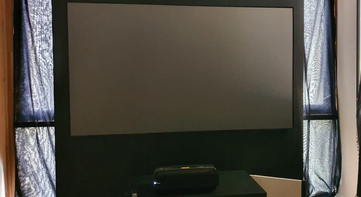 Une fois l'image éteinte, le grand écran n'est pas franchement des plus esthétique.