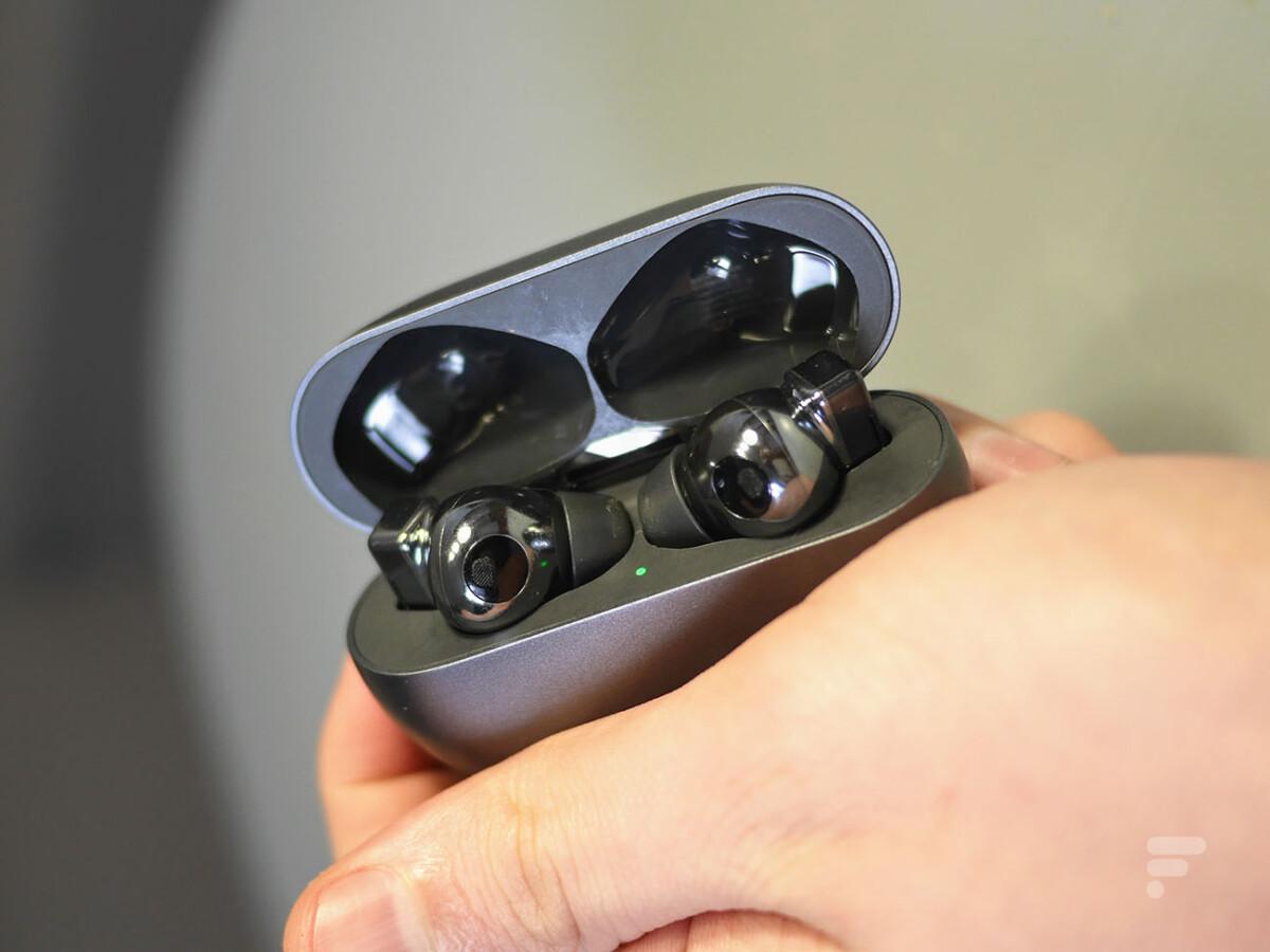 Les Huawei FreeBuds Pro dans leur boîtier de recharge