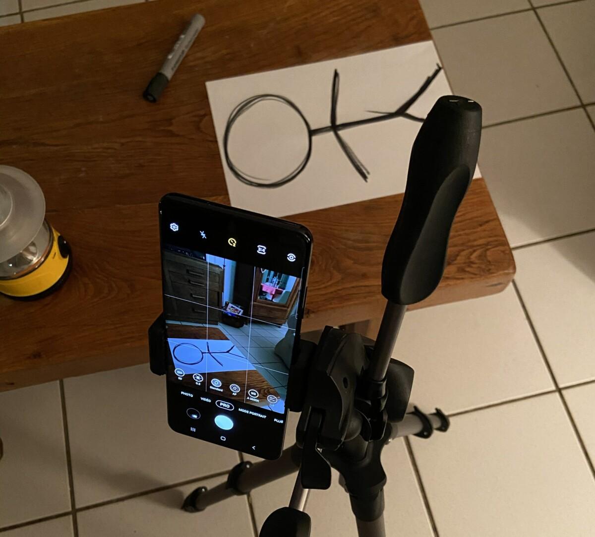 Comme on peut le voir sur l'écran du téléphone, il était nécessaire de cadrer la photo avec un espace sur le 3e tiers de l'écran laissant la place pour dessiner le personnage lumineux.