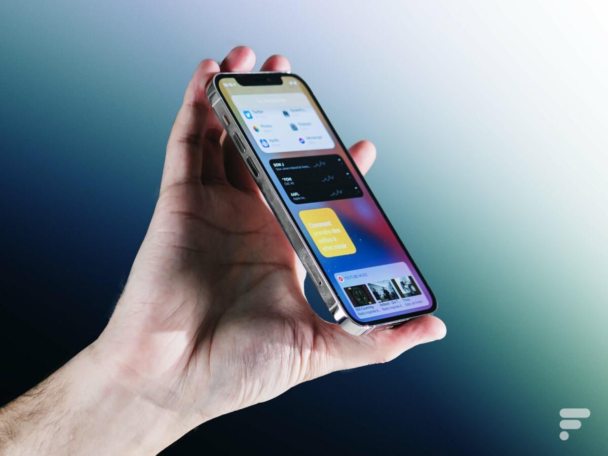 L'iPhone 12 Pro tient dans la main