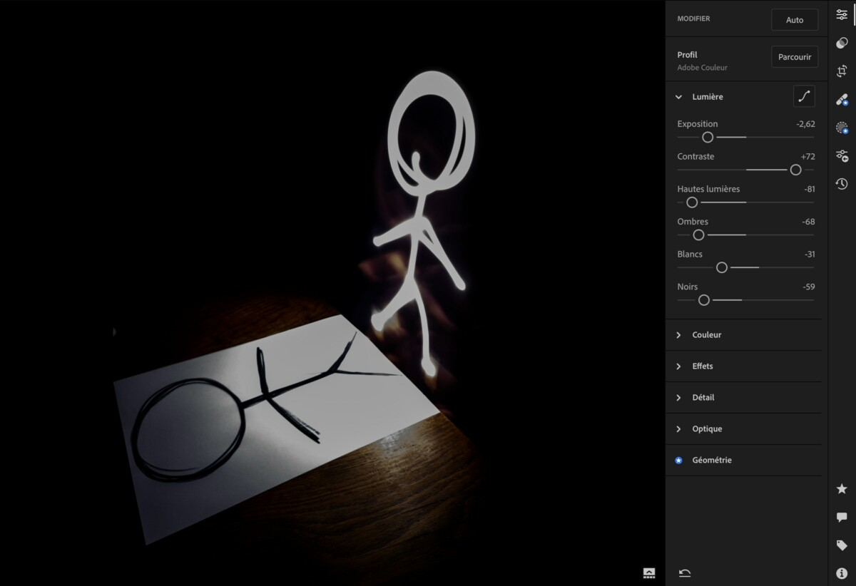 En réduisant de presque 3 points l'exposition et en augmentant le contraste de 72 points, on obtient une photo beaucoup plus sombre faisant ressortir le dessin vis-à-vis de la feuille de papier.