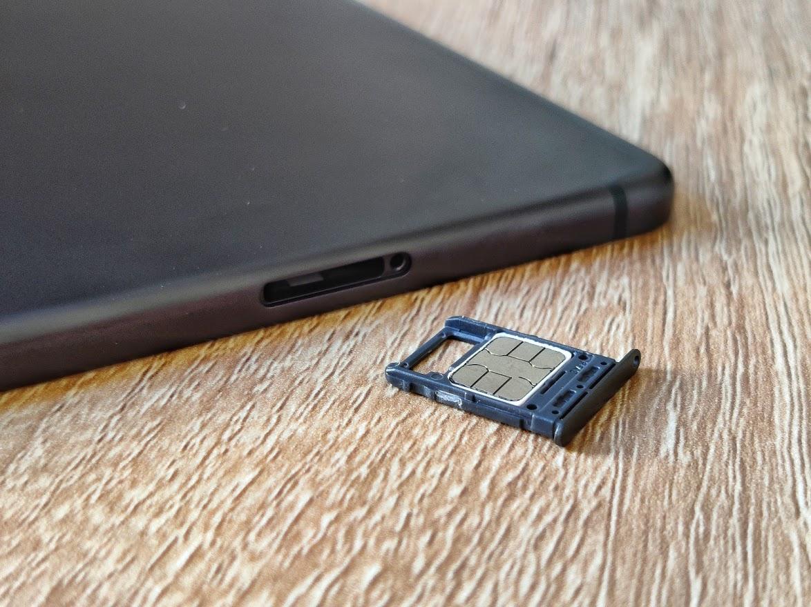 L'emplacement microSD et nano SIM de la tablette