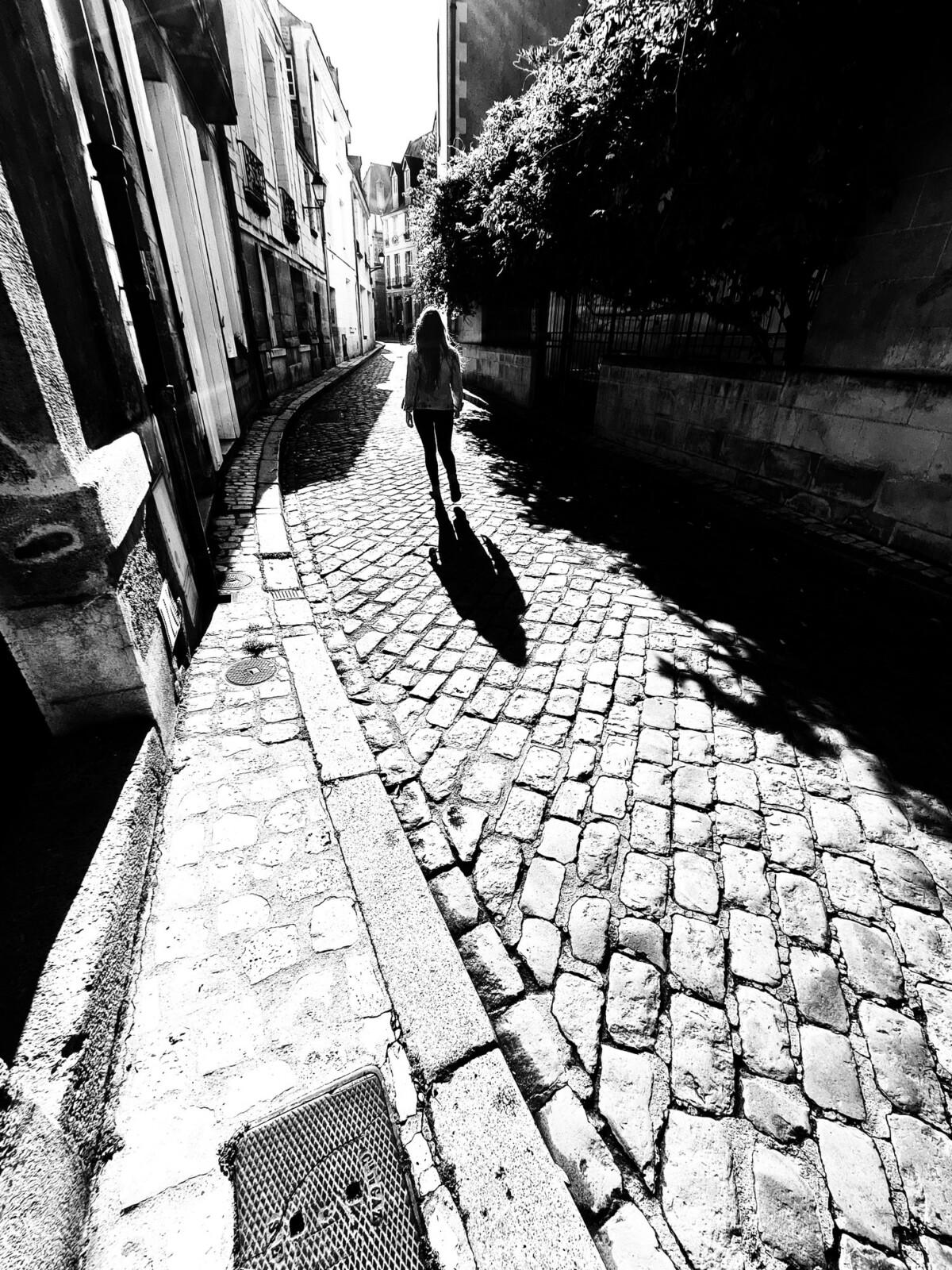 Le mode grand-angle utilisé dans la photo permet de mieux tirer parti de la courbure de la rue pour mettre en valeur le sujet.