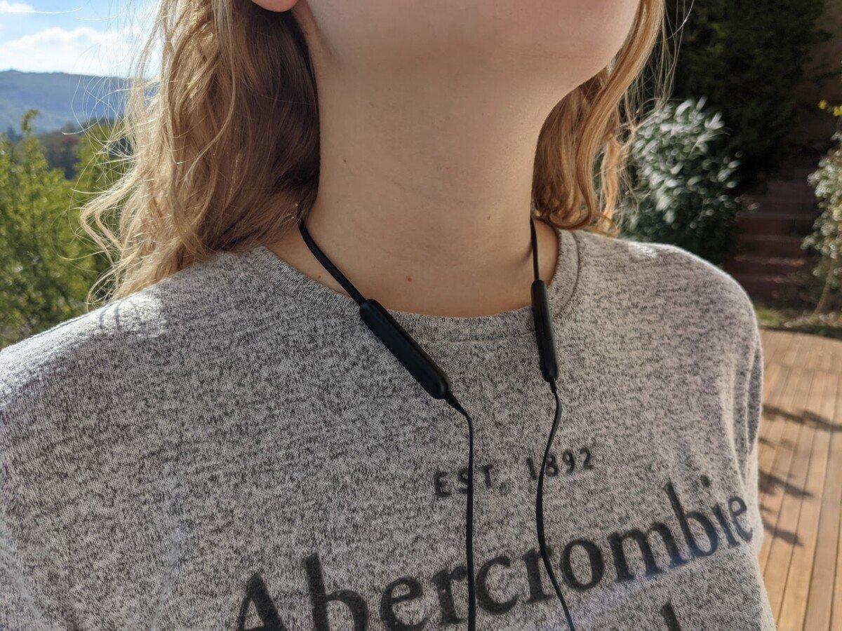 Le tour du cou reste bien en place, que les écouteurs soient dans les oreilles ou non