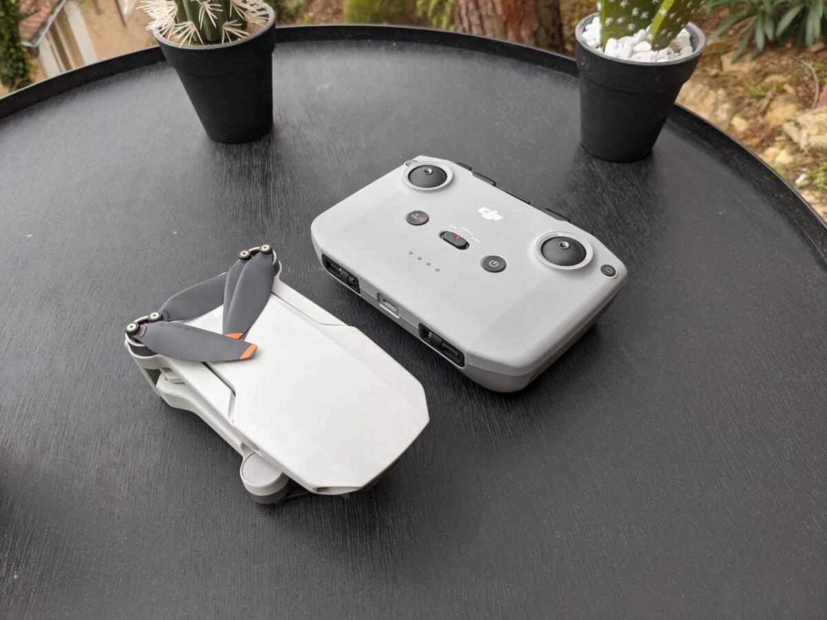 La radiocommande est plus grosse que le drone