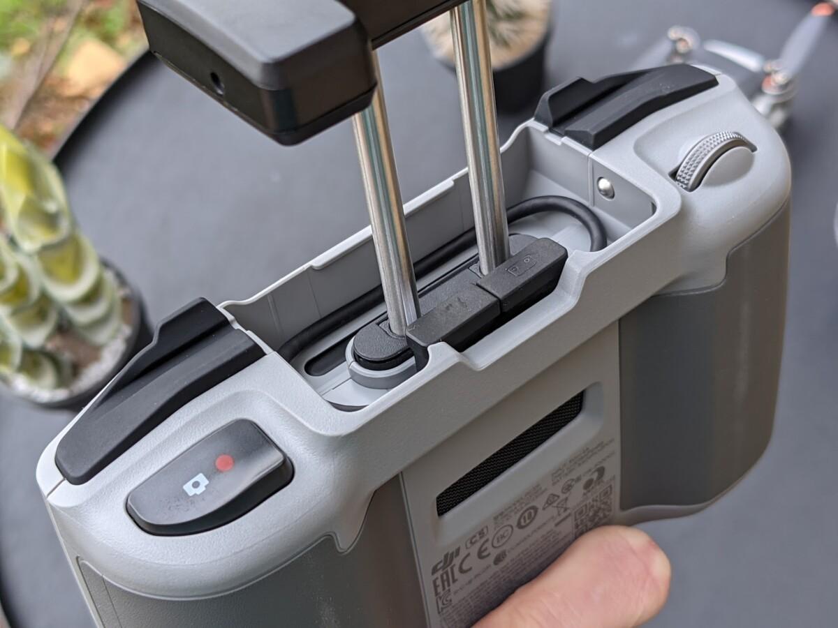 Le système de glissière pour fixer le téléphone au-dessus de la radiocommande