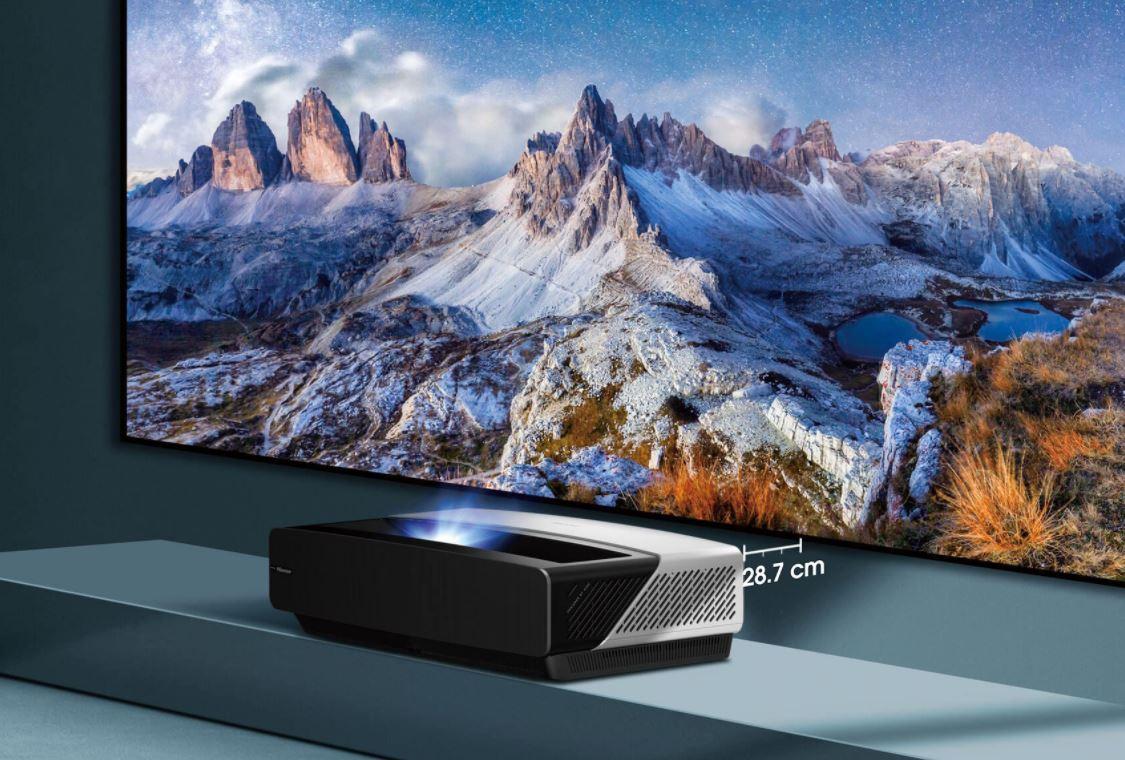 Il suffit de seulement 30 centimètres d'espace par rapport au mur pour couvrir les 100 pouces de surface d'affichage de l'écran fourni avec le Laser TV 100L5F de Hisense.